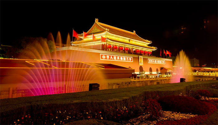 中国古建筑的大屋顶坡型屋面在夜景照明的表现上是一个比较难处理的部分,就目前已经进行的工程来看,较多的案例都采用了泛光照明的方式,这种照明方式所带来的问题是灯具的安装位置和照明效果的理想程度。如果将灯具安装在建筑物的屋面上,若是小灯具倒还可以让人们不太注意它的存在,但如果照明对象是比较宽深的屋面,可能要使用功率和尺寸较大一些的灯具,这不仅会影响建筑物的景观完整,也可能会对建筑结构造成损毁;如果采取在建筑本体之外架设灯杆安装灯具的做法,近距离设杆会使灯具设施影响观景视线,远距离设杆则会使灯具光束角度过宽,